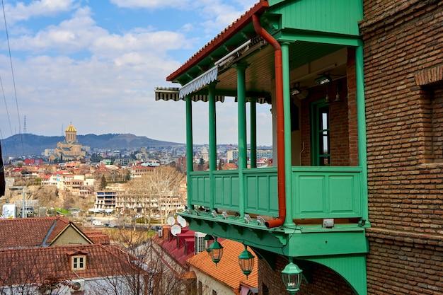 트빌리시 구시가지의 풍경. 오래 된 건물의 발코니입니다. 조지아의 영혼과 분위기. 조지아 트빌리시 - 2021년 3월 17일