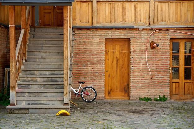 트빌리시의 오래 된 도시 풍경입니다. 오래된 건물의 발코니. 조지아의 영혼과 분위기.
