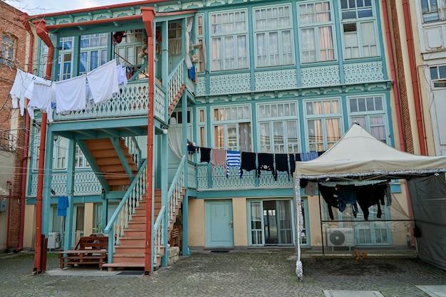 트빌리시 구시가지의 풍경. 오래 된 건물의 발코니입니다. 조지아의 영혼과 분위기.