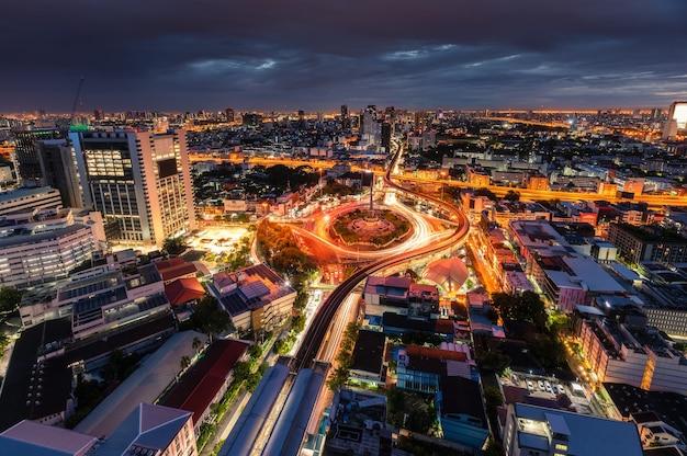 Городской пейзаж памятника победы с автомобильным движением на кольцевой дороге утром в бангкоке