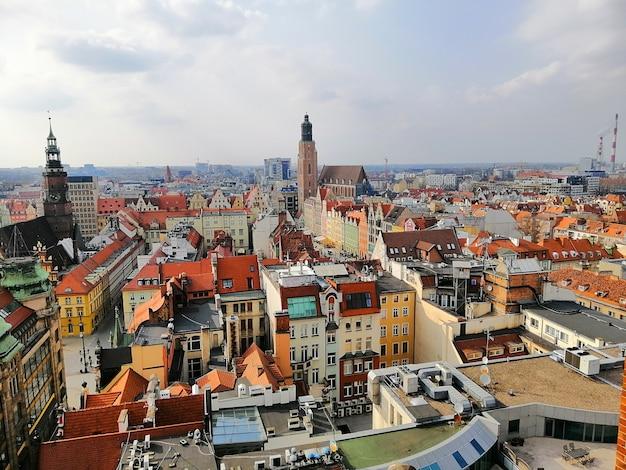 ポーランドの曇り空の下でヴロツワフの街並み