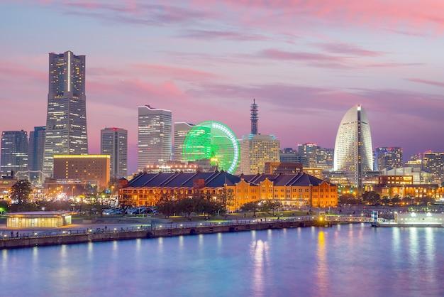 夕暮れの日本の横浜の街並み