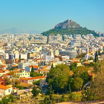 Городской пейзаж - панорамный вид афин с горой ликавит, греция