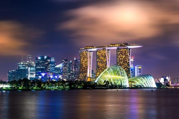 Paesaggio urbano di singapore di notte.