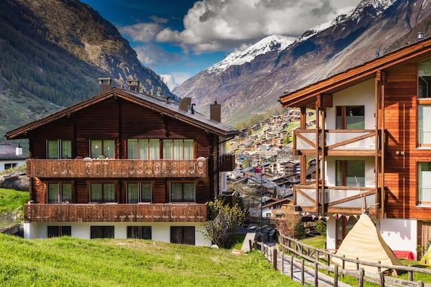 スイス、ツェルマット市の街並みの谷の旧市街と山の風景。