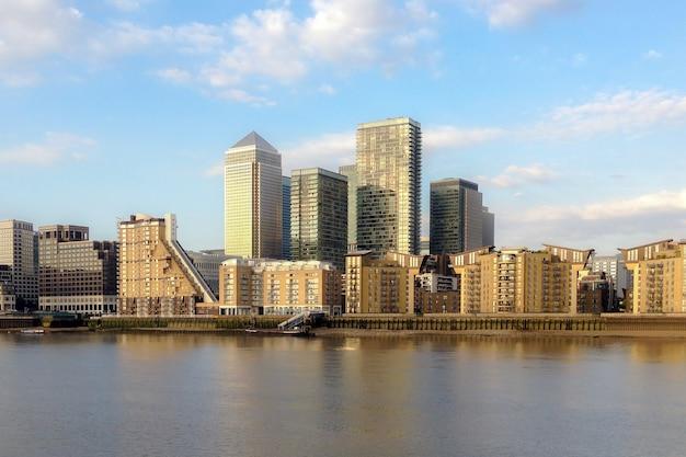 Городской вид на кэнэри-уорф из гринвича в лондоне.