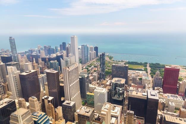 霧の朝、イリノイ州アメリカのシカゴの街並みの眺め