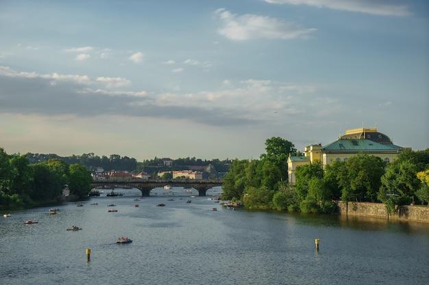 Городской вид на реку дунай с красивым небом в будапеште.