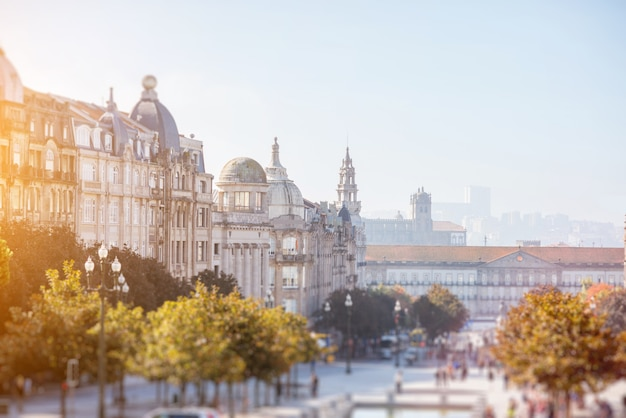 Вид на городской пейзаж на проспекте союзников туманным утром в городе порту, португалия