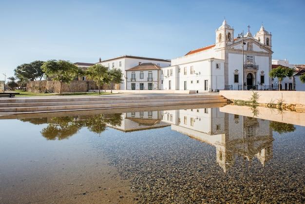 ポルトガル南部のラゴスにあるサンタマリア教会のある旧市街の中心部の街並みの眺め