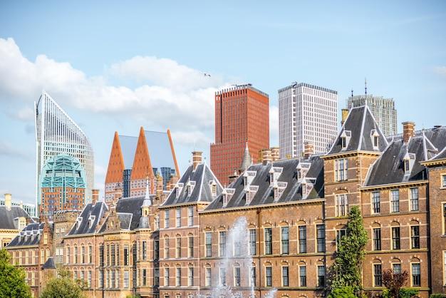 Вид на городской пейзаж на озеро хофвейвер со зданием сената и министерства генерала аффариса в центре города хааг, нидерланды