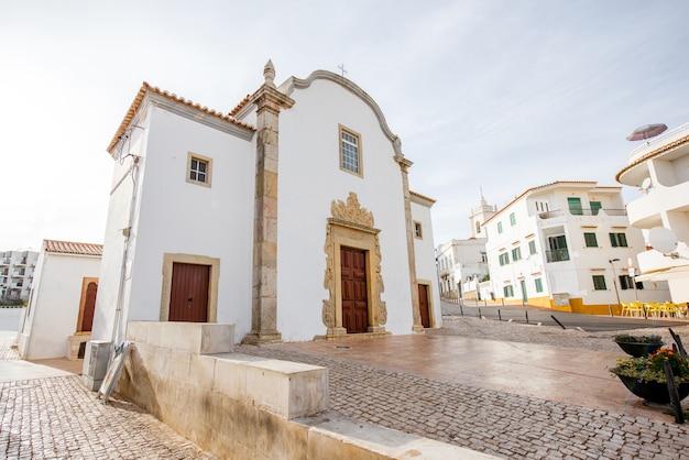 포르투갈 남부 알부페이라(albufeira) 시의 아름다운 하얀 집과 교회가 있는 구시가지의 도시 경관