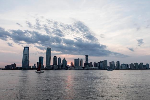Городской пейзаж с большими зданиями и водой Бесплатные Фотографии