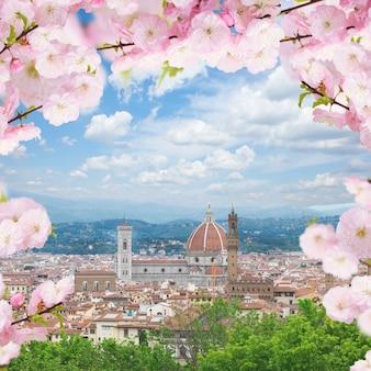 春の日に教会サンタマリアデルフィオーレ、フィレンツェ、イタリアの街並み