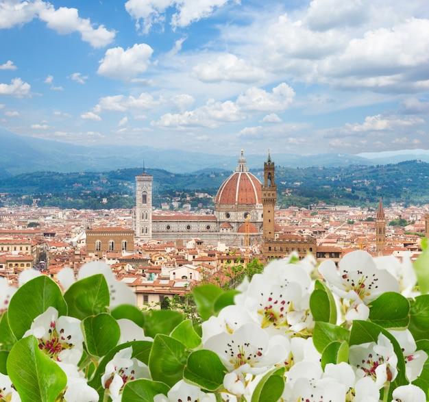 春、フィレンツェ、イタリアの教会サンタマリアデルフィオーレと街並み