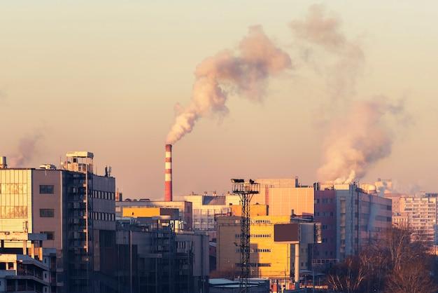 공장, 공기를 오염시키는 파이프가있는 도시 풍경. 모스크바, 러시아