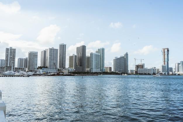 Городской пейзаж с современными зданиями у воды