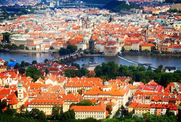 Cityscaspe праги сверху в летний день, чешская республика, тонированные