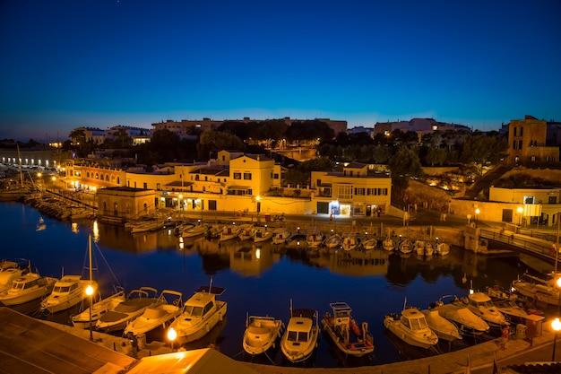 메노르카, 스페인의 시우타델라 - 2018년 6월 30일: 블루 아워 동안 옛 항구의 전망