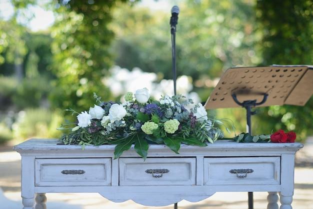 花で飾られた市民の儀式のテーブル