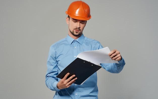 주황색 헬멧에 토목 기술자 건축 남자입니다.