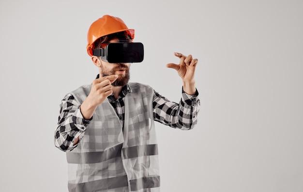 Инженер-строитель в очках виртуальной реальности 3d и оранжевой каске на голове. фото высокого качества
