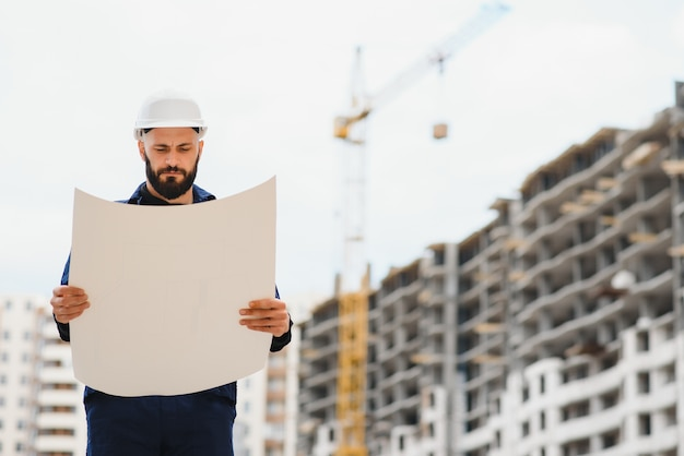 Инженер-строитель с эскизом в руках