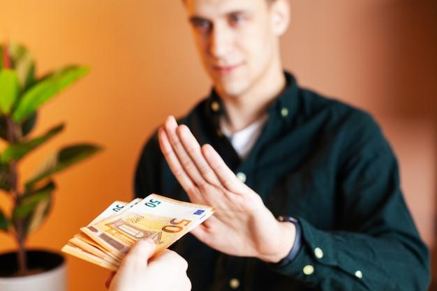 公務員は契約の調印を容易にするために賄賂を受け取ります