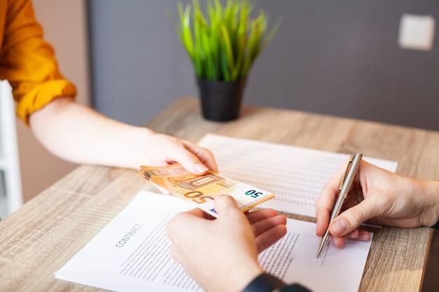Госслужащий получает взятку за содействие в подписании контракта