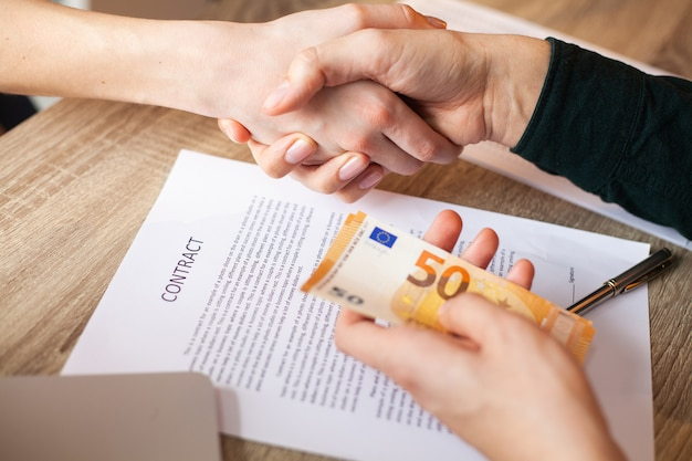 Civil servant receives a bribe for facilitating the signing of the contract