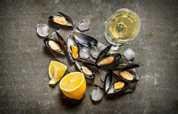 Clams with wine and lemon