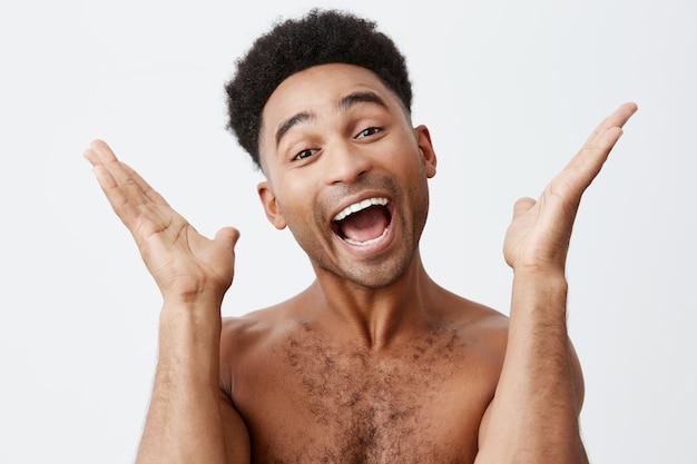 私と一緒に拍手。黒い肌の若い父親の肖像画を間近にして、バスルームで彼の幼い息子と遊んでいる巻き毛のウィット、手をたたく、愚かな顔をしている。家族と楽しんでください。