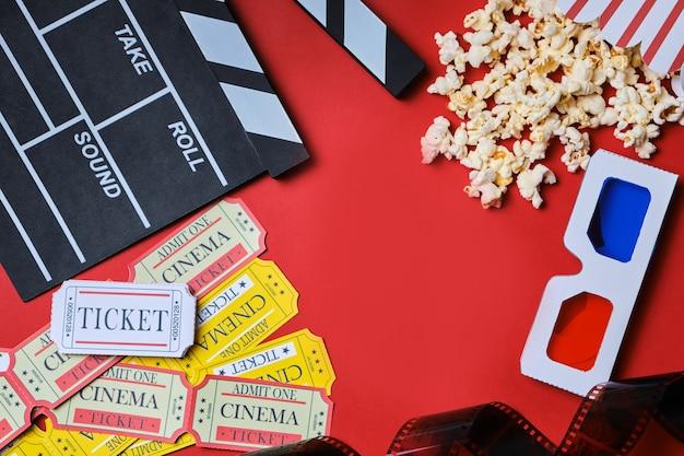カチンコ、映画のチケット、ポップコーン