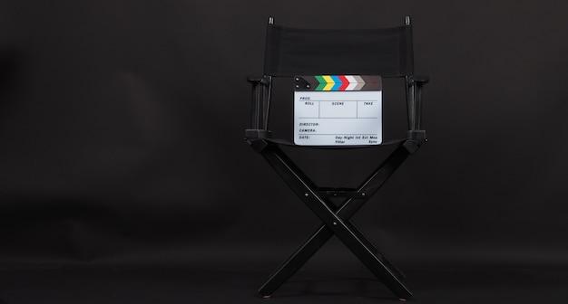 ビデオ制作および映画産業でのディレクターズチェアの使用を伴うカチンコまたは映画のスレート