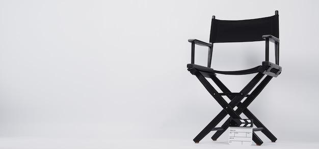 비디오 제작 또는 영화 및 영화 산업에서 감독 의자가 있는 클래퍼 보드 또는 영화 슬레이트. 그것은 흰색 배경에 넣어.