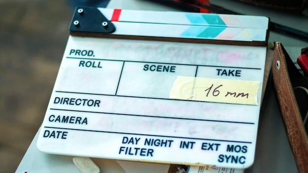 映画セットにステッカーが貼られたカチンコ