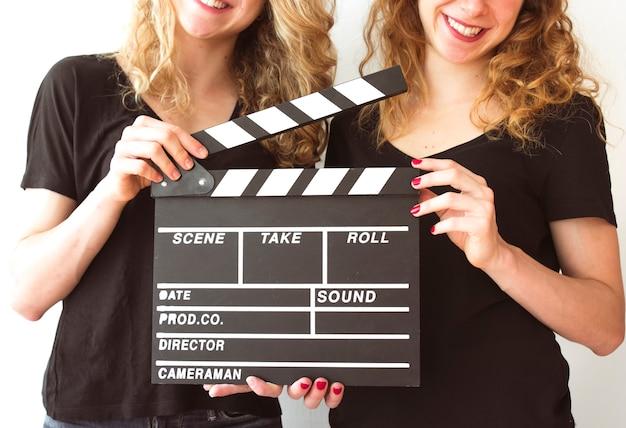 Clapperboardを保持する女性の姉妹の中間セクション