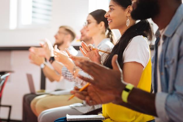 박수. 기말 고사를 통과 한 후 박수를 보내며 선생님을 바라 보는 밝고 흥분된 학생들