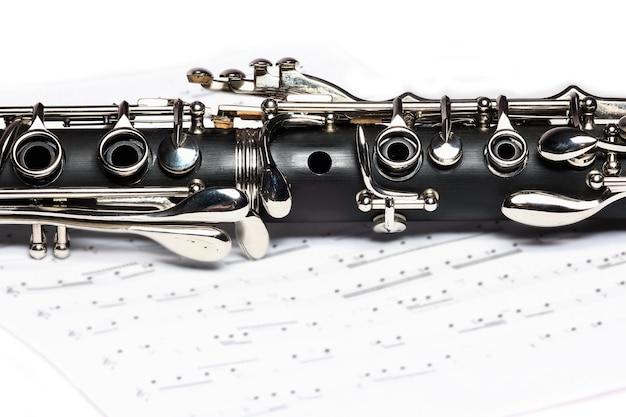 Кларнет на белом фоне