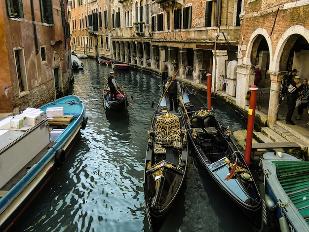 도시 전체에서 가장 아름답고 특징적인 운하 중 하나에서 두 개의 베네치아 곤돌라 사이에서 충돌하세요.