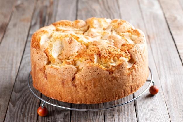 Классический бисквит на деревянных фоне, выборочный фокус домашний торт