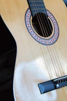 古典的なアコースティックギターの分離クローズアップ