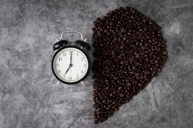 ハート型のコーヒー豆の半分を備えた古典的な目覚まし時計
