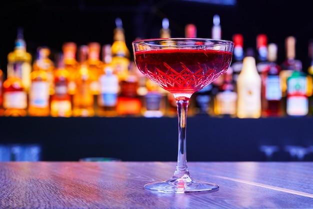 Классический алкогольный коктейль в ночном баре