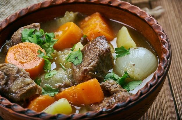 Классическое тушеное мясо амишей из говядины - классическое блюдо в одном горшочке, пенсильванский голландский