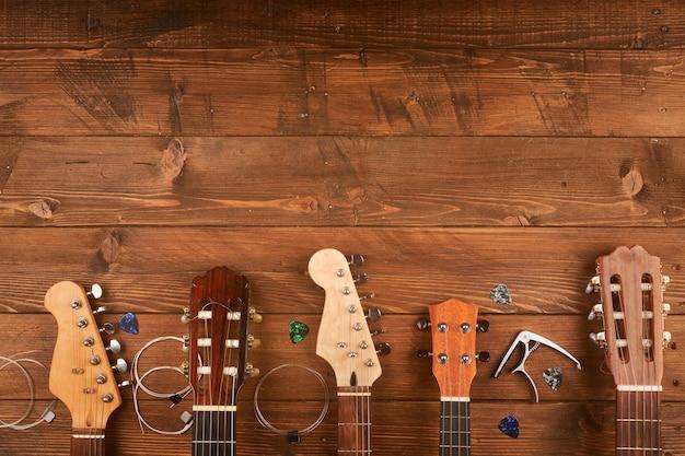 Классические и электрические гитары в деревянном пространстве
