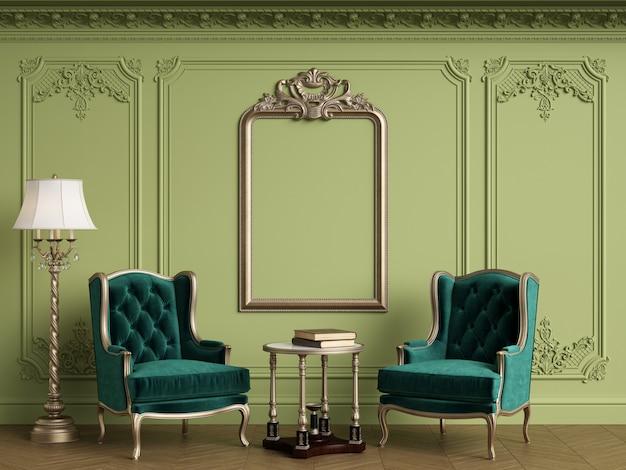 Классические кресла в классическом интерьере с пустой классической рамкой на стене. зеленая гамма
