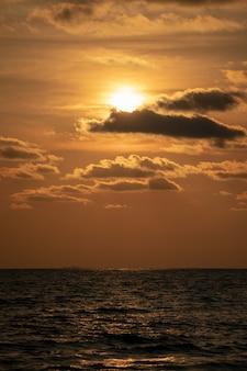 Классические красивые сумерки, романтика и удивительный момент заката на пляже чантабури - восток таиланда.