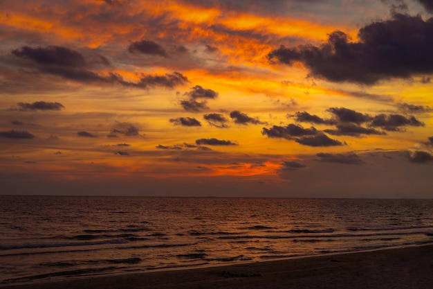 Chantaburi 해변에서 고전적인 아름다운 황혼의 낭만적이고 놀라운 일몰 순간