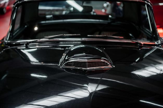 素晴らしい状態の古典的な黒の豪華な歴史的な車